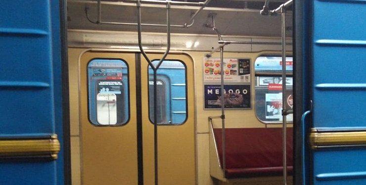 У київському метро запустили експериментальний вагон з вертикальними поручнями: фото