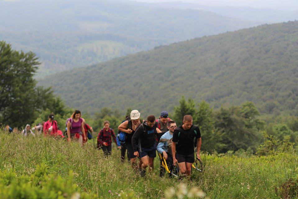 Люди с инвалидностью смогли подняться в горы на первой украинской жульетке
