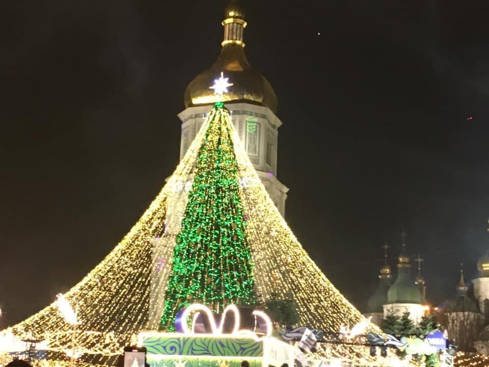 У День Святого Миколая в Києві засвітили головну ялинку країни: фото