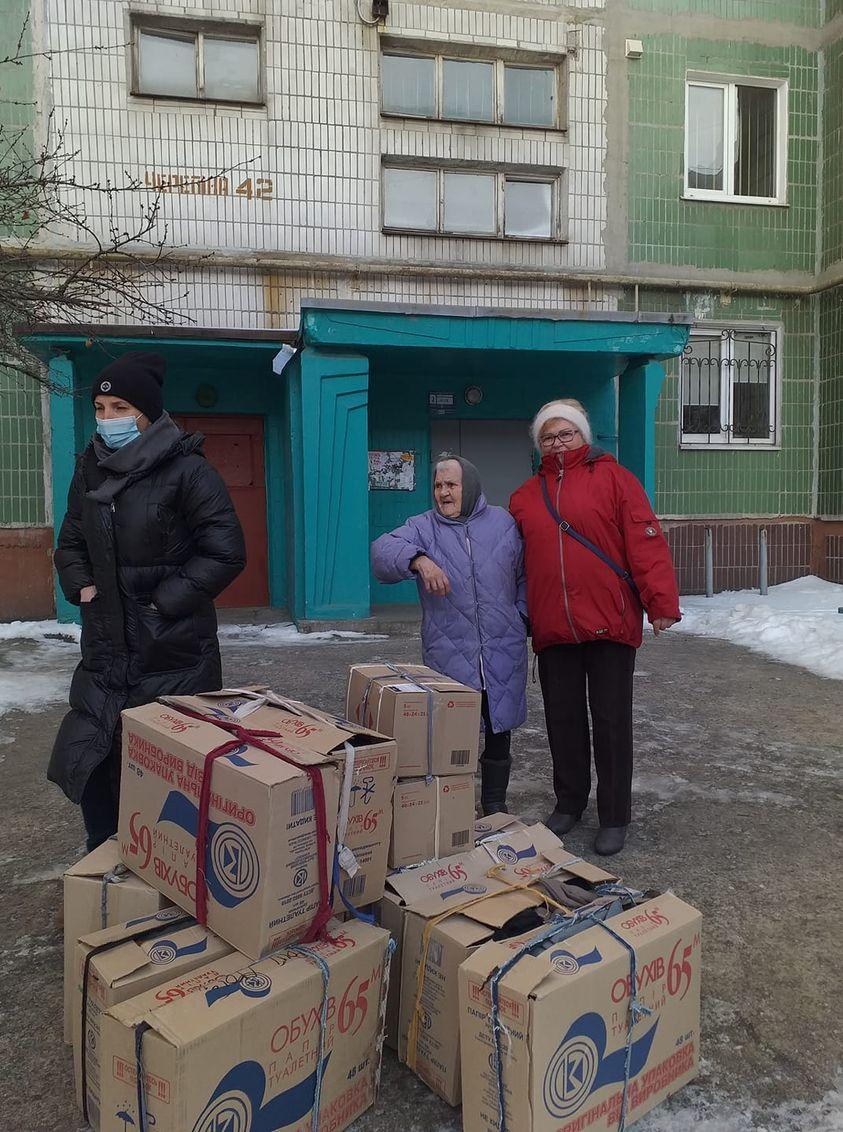 Українська волонтерка пошила для бійців ЗСУ понад 10 тисяч пар рукавиць