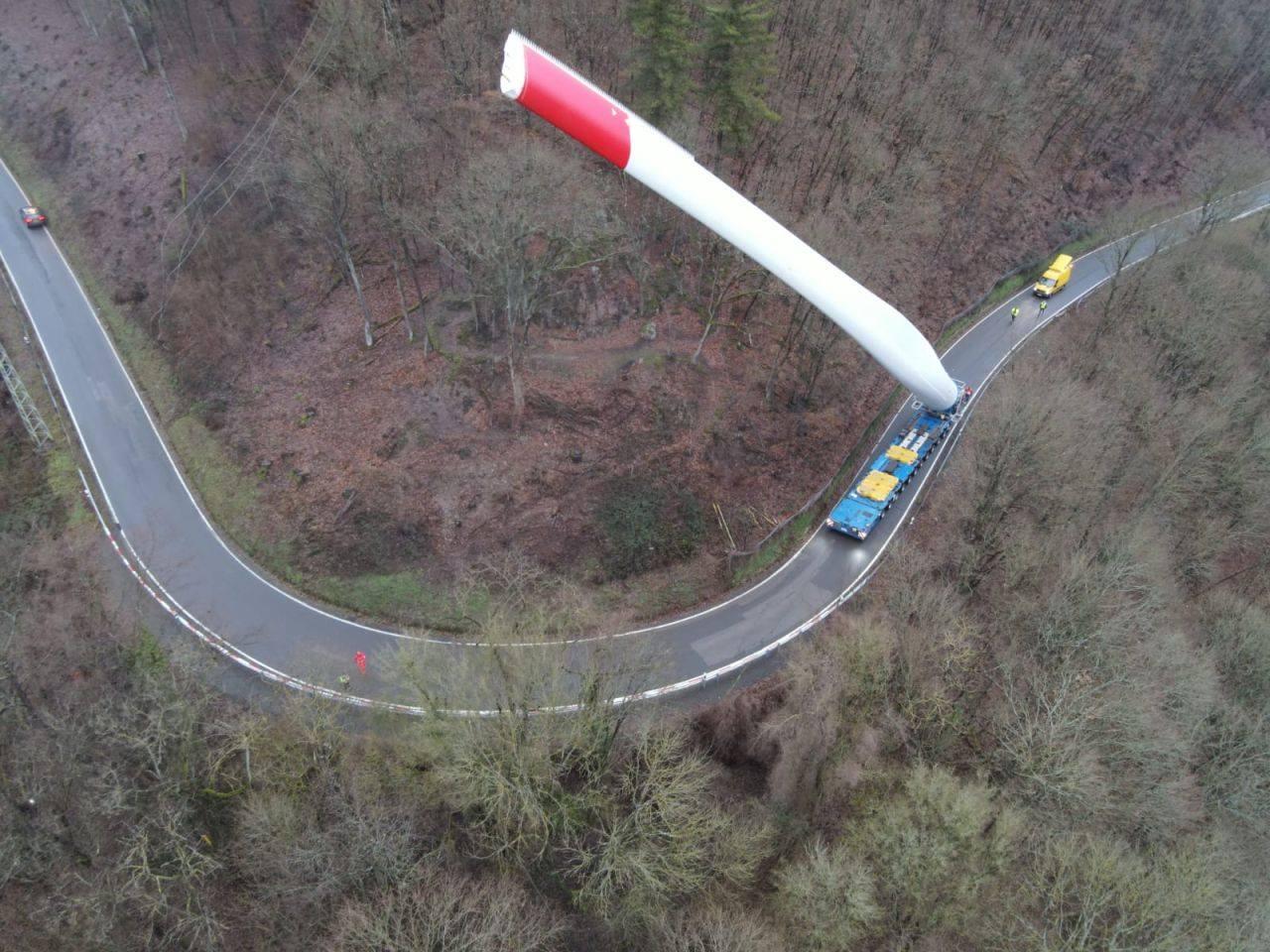 Компанія з Люксембургу показала, як перевозить лопать вітрогенератора довжиною 67 метрів: вражаючі фото
