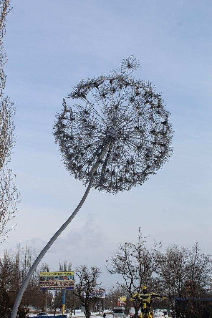 У Бердянську з'явилася 4-метрова скульптура кульбаби: фото
