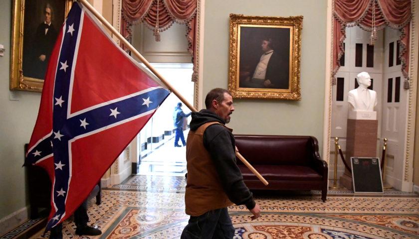 Захват Капитолия: сторонники Трампа выносят из здания Сената памятные  сувениры | Рубрика