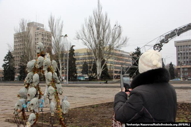 В Запорожье экоактивисты установили елку из противогазов