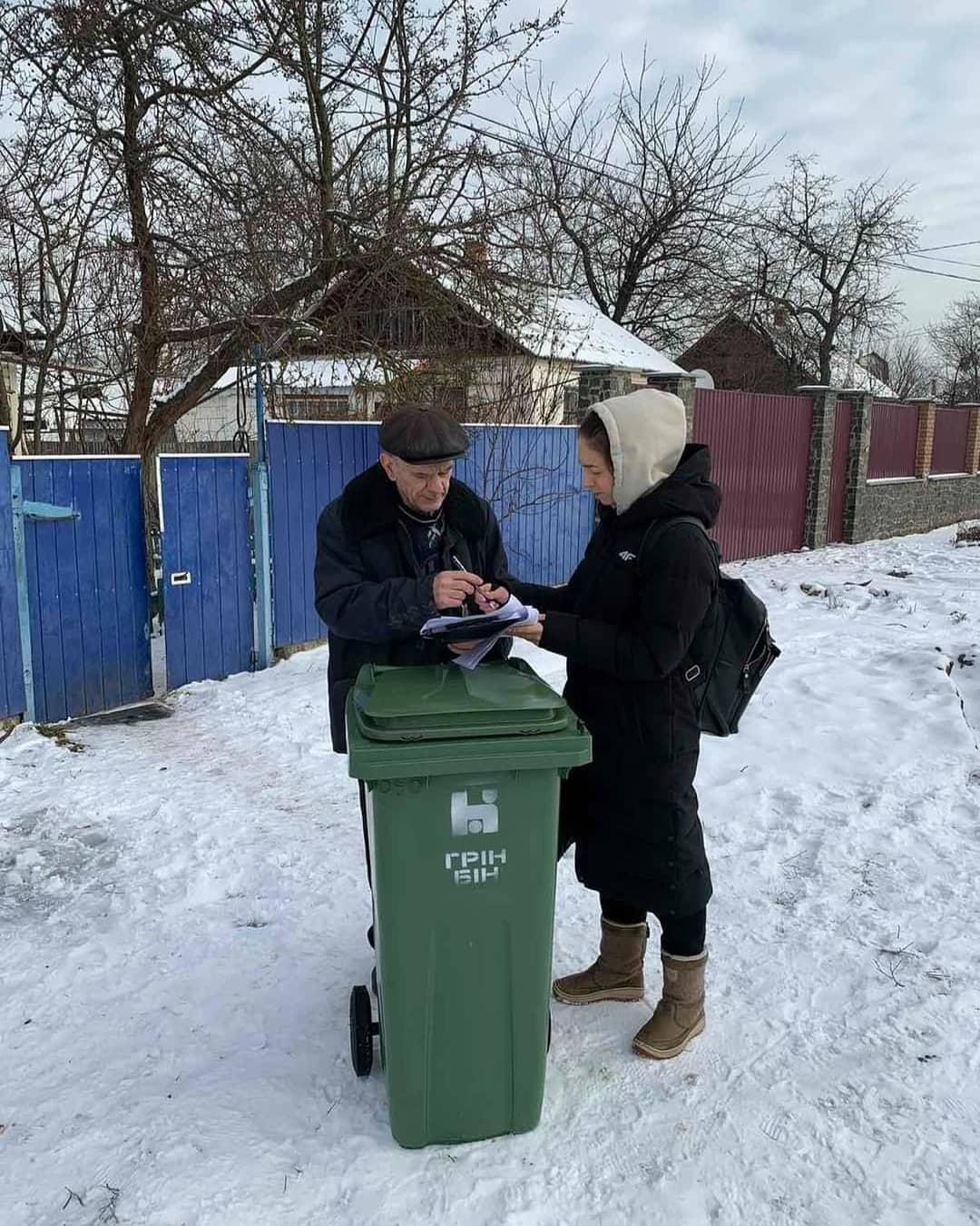 У Житомирі власникам приватних будинків роздають пластикові контейнери для сміття