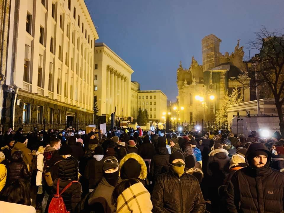 Волю Стерненку: у Києві поліція перекрила доступ до Банкової, в людей перевіряють сумки