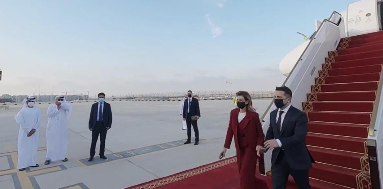Зеленський разом з дружиною прибув в ОАЕ: відео