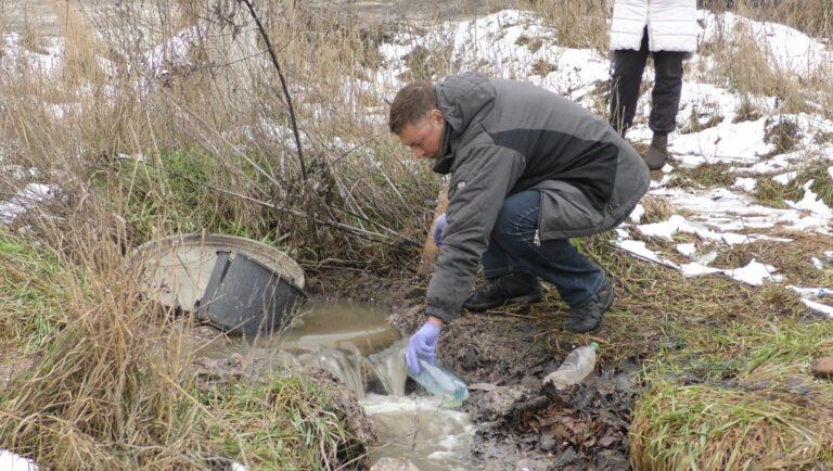 В Ірпені із новобудов у районі БТР зливають нечистоти на заплаву річки Буча: фото, відео