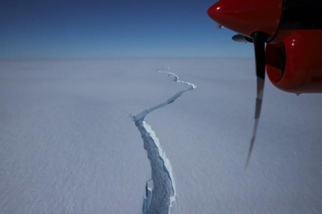Від Антарктиди відколовся величезний айсберг: відео