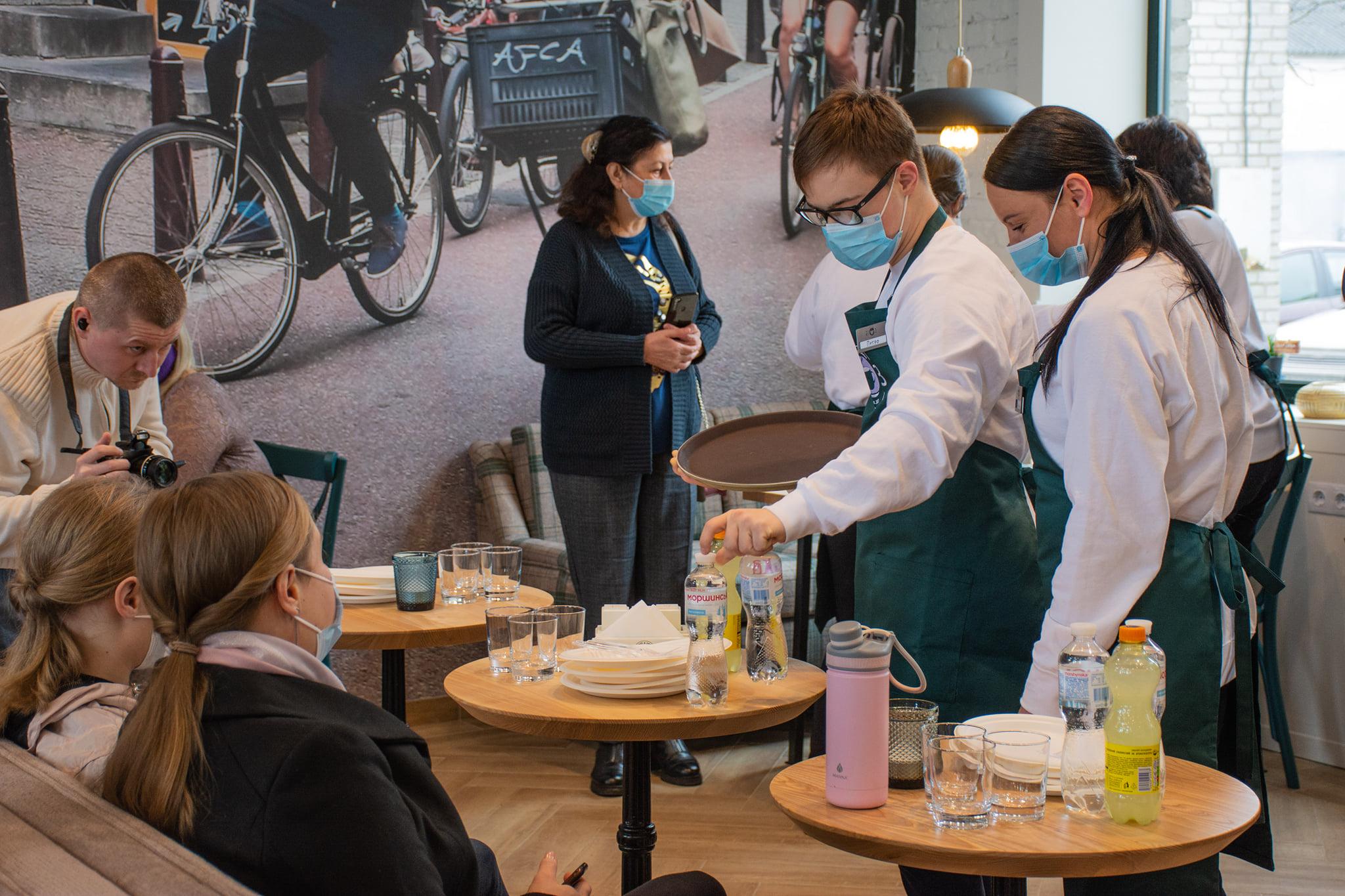 У Броварах відкрили кафе, де зможуть стажуватися люди з синдромом Дауна та аутизмом