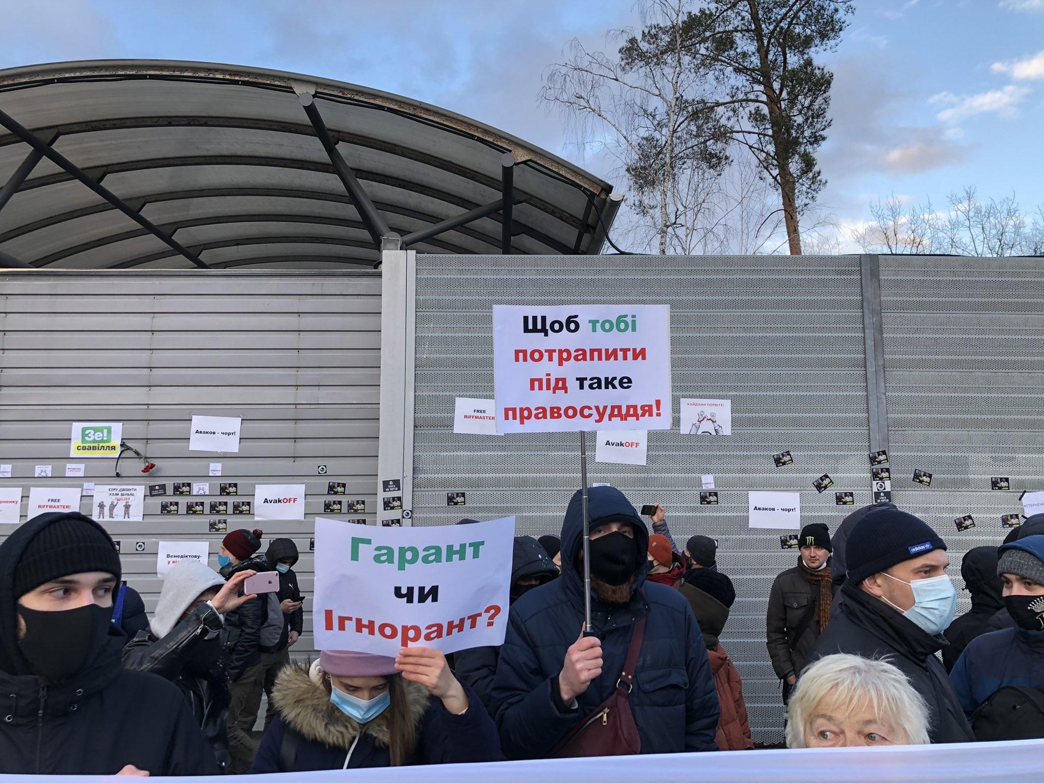 Біля резиденції Зеленського зібралися прихильники Стерненка та Антоненка, туди стягують силовиків