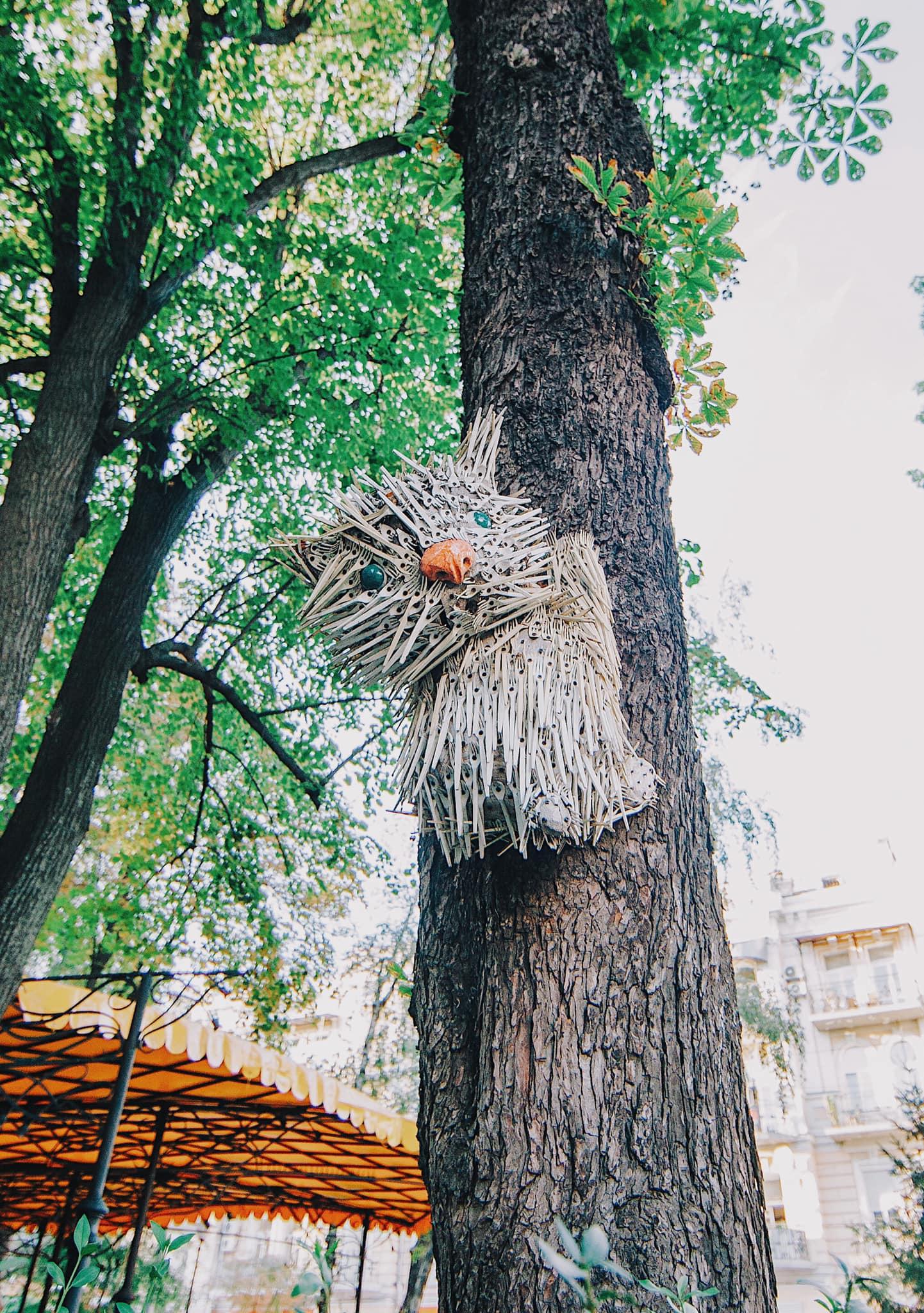одноразові виделки на реконструкцію скульптури кота