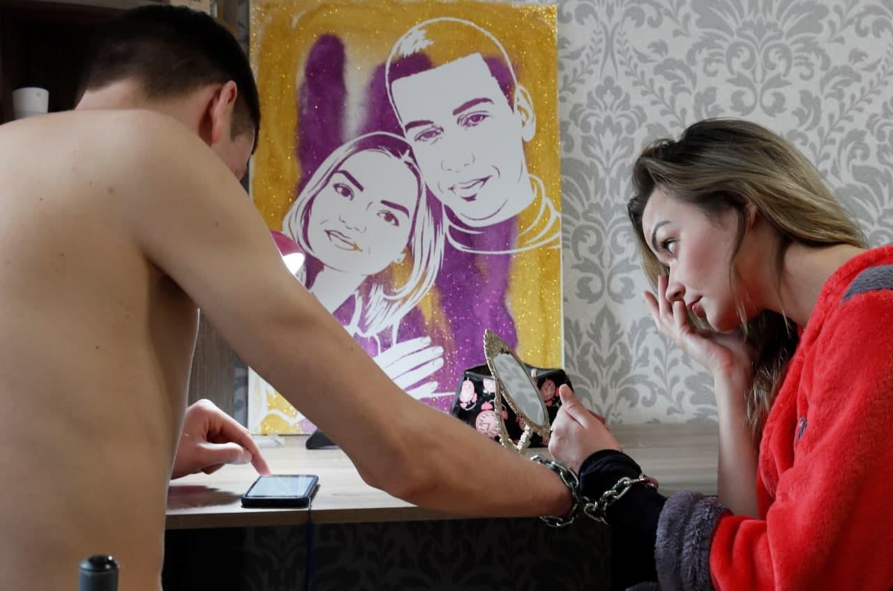 Харків'яни, які скували себе ланцюгом у День закоханих, протрималися вже місяць