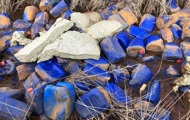 У річку під Києвом викинули три тисячі каністр з хімікатами
