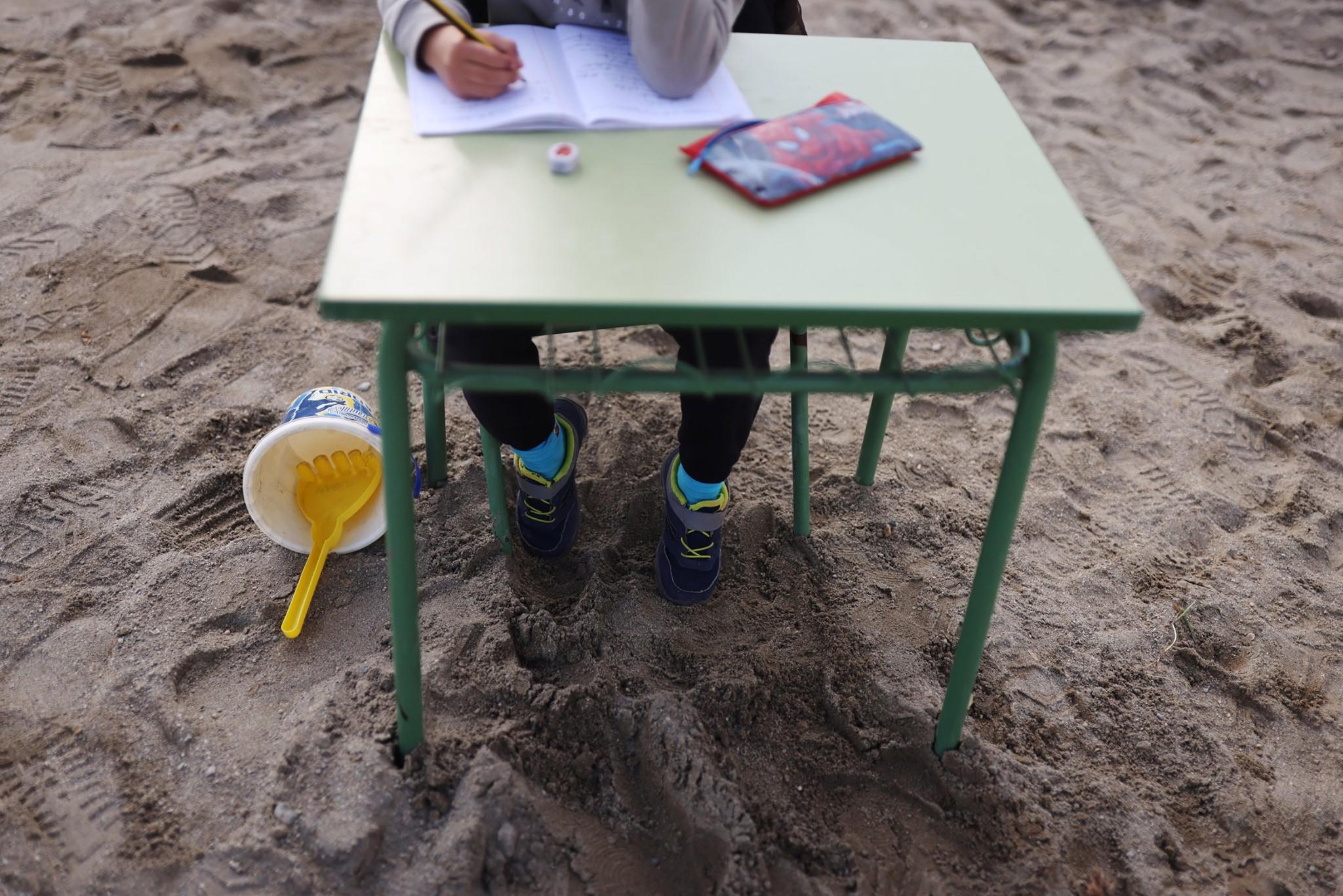 В Іспанії школа вирішила перенести уроки на пляж
