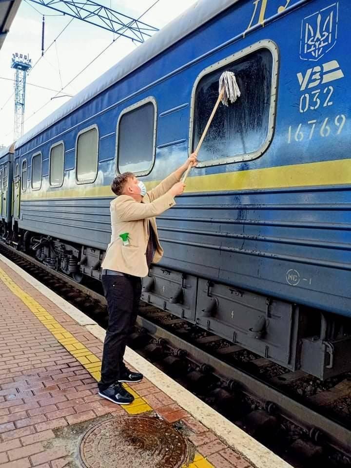 Данець сам помив вікно в потязі Укрзалізниці