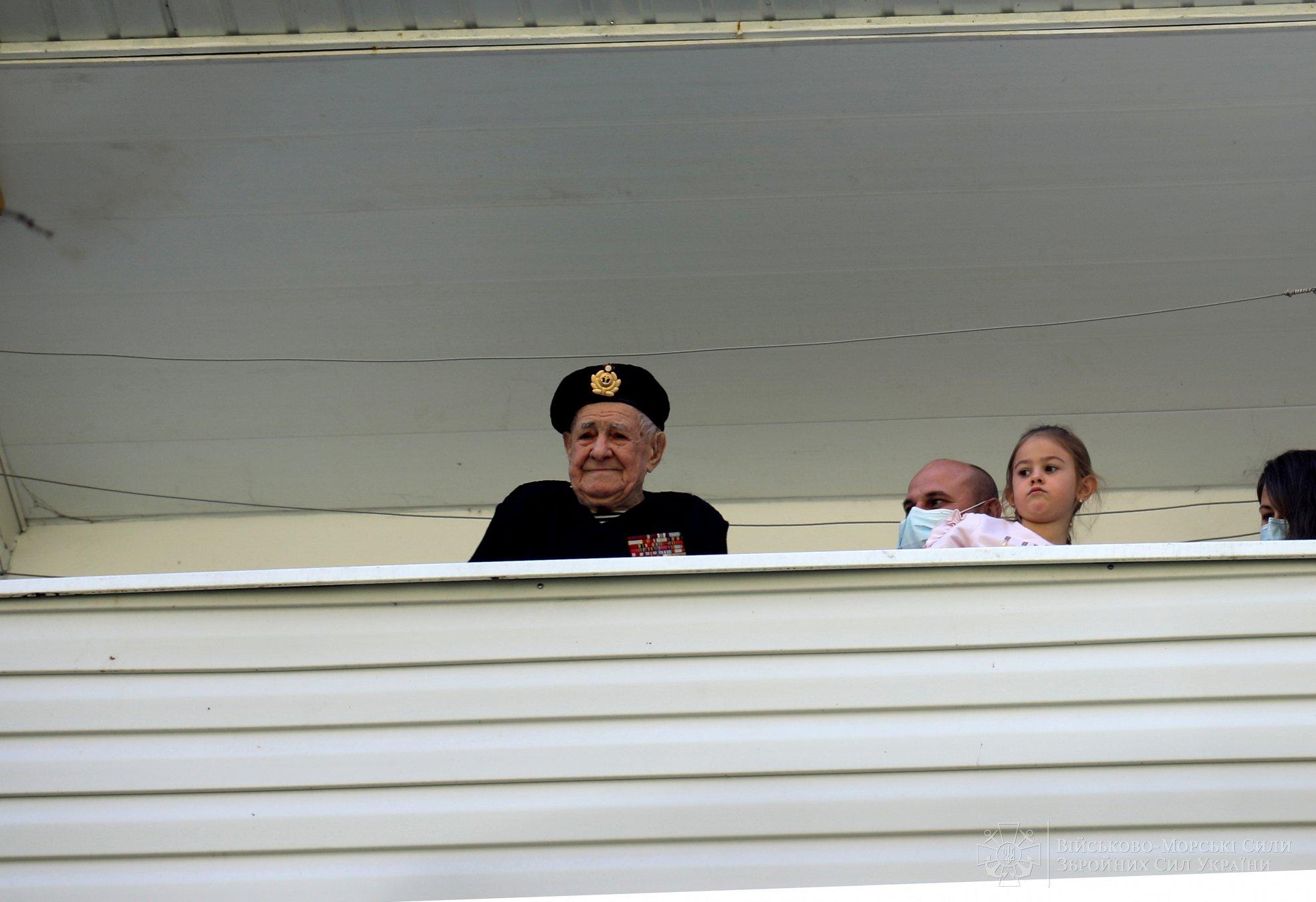 Командування ВМС України з оркестром привітало 100-річного ветерана з Днем перемоги