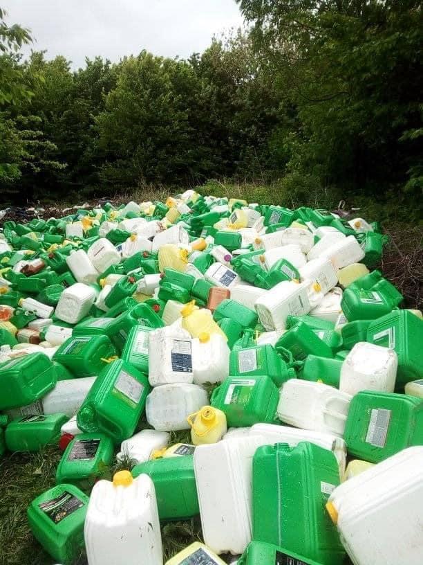 На Хмельниччині у лісі виявили сотні каністр з пестицидів