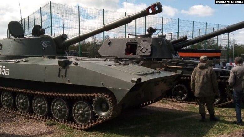 Російські військові звезли техніку до 9 травня