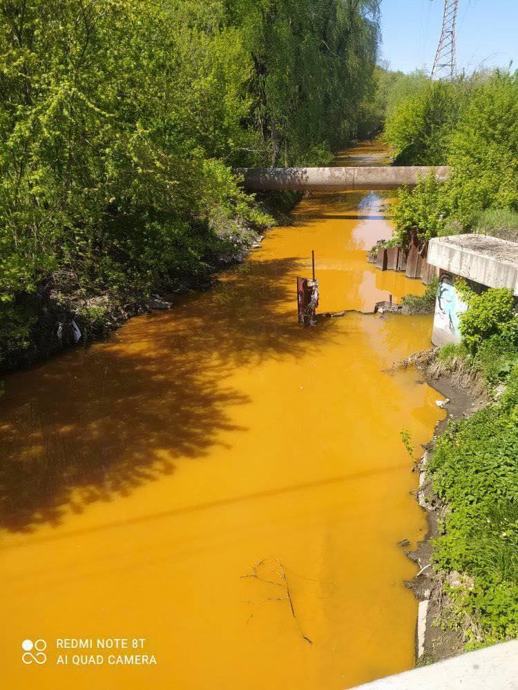У Києві річка Либідь стала отруйно-жовтою