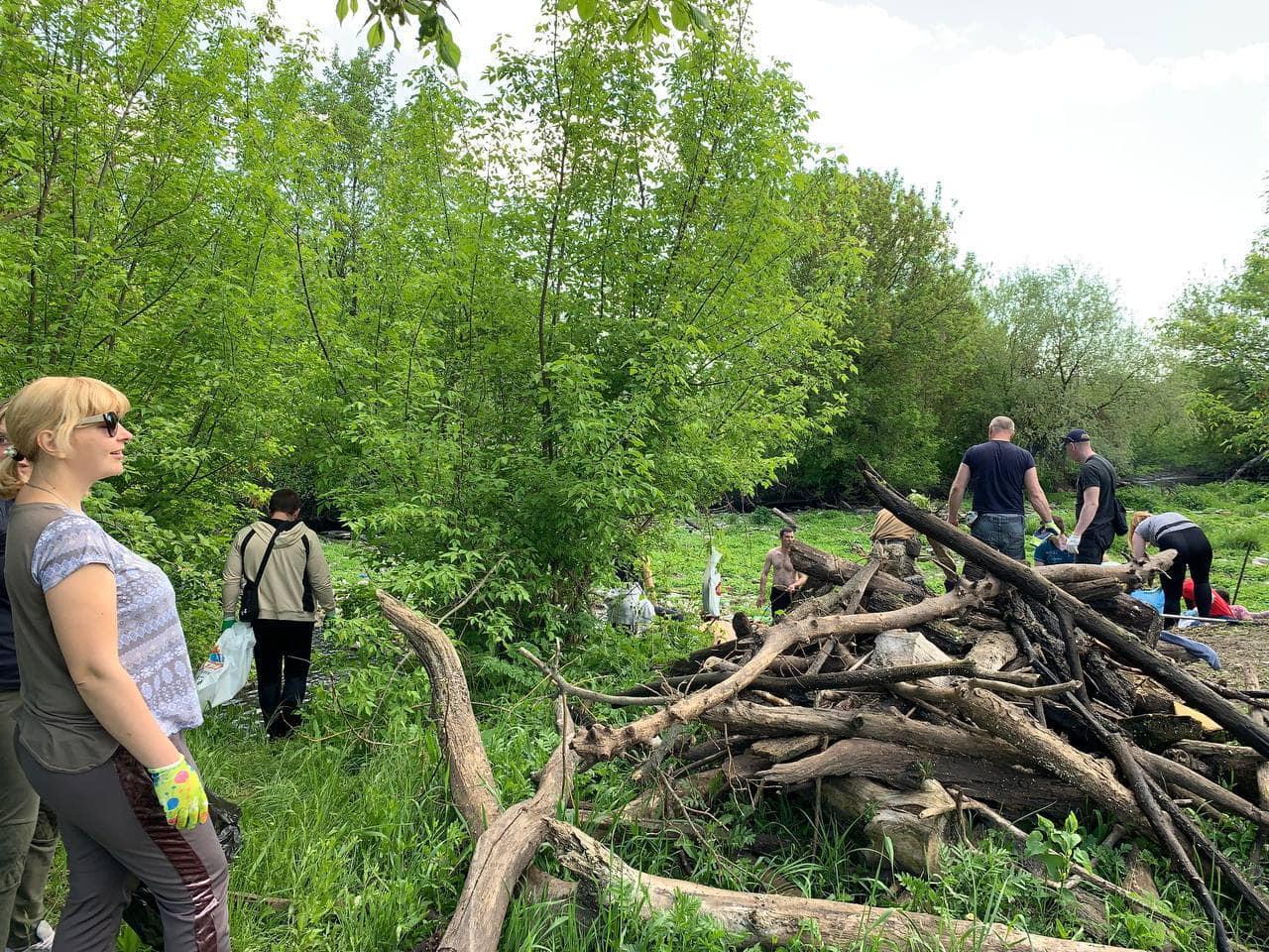 екоактивісти очищають річку Уди