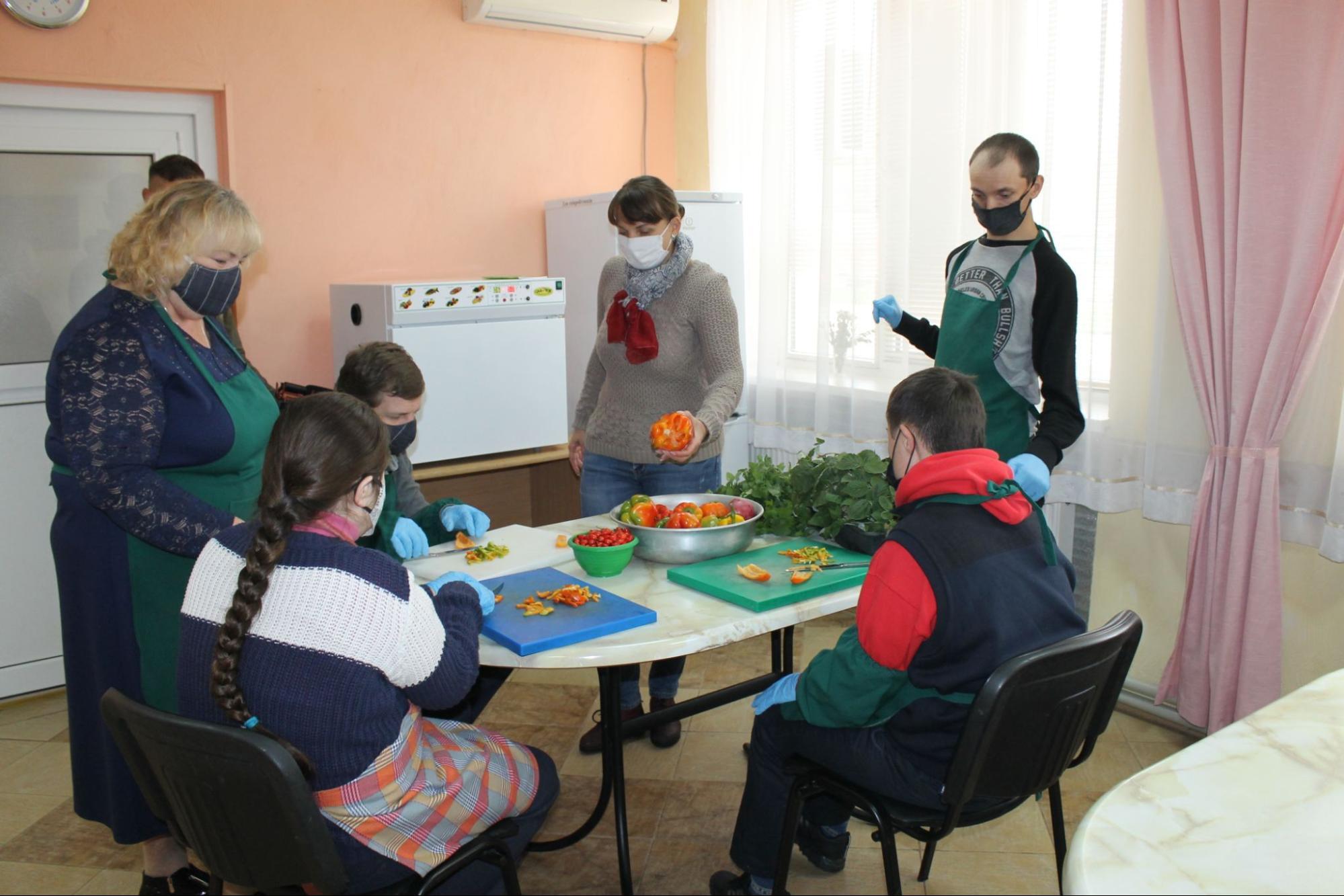 Інклюзивні теплиці: як у Вінниці працевлаштовують молодь з важкою інвалідністю