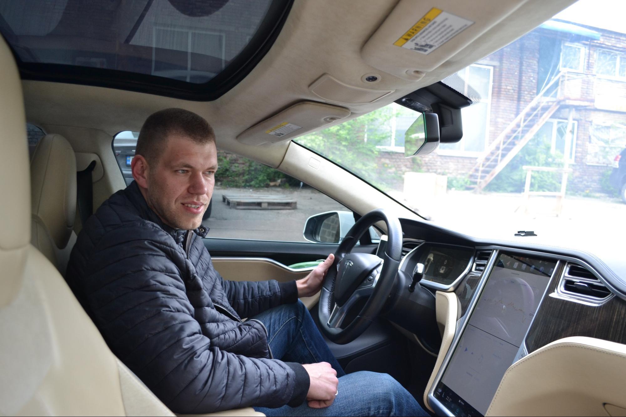 Таксист на Teslа в #ЛюдиСправи: как освоить несколько профессий и сделать их взаимовыгодными