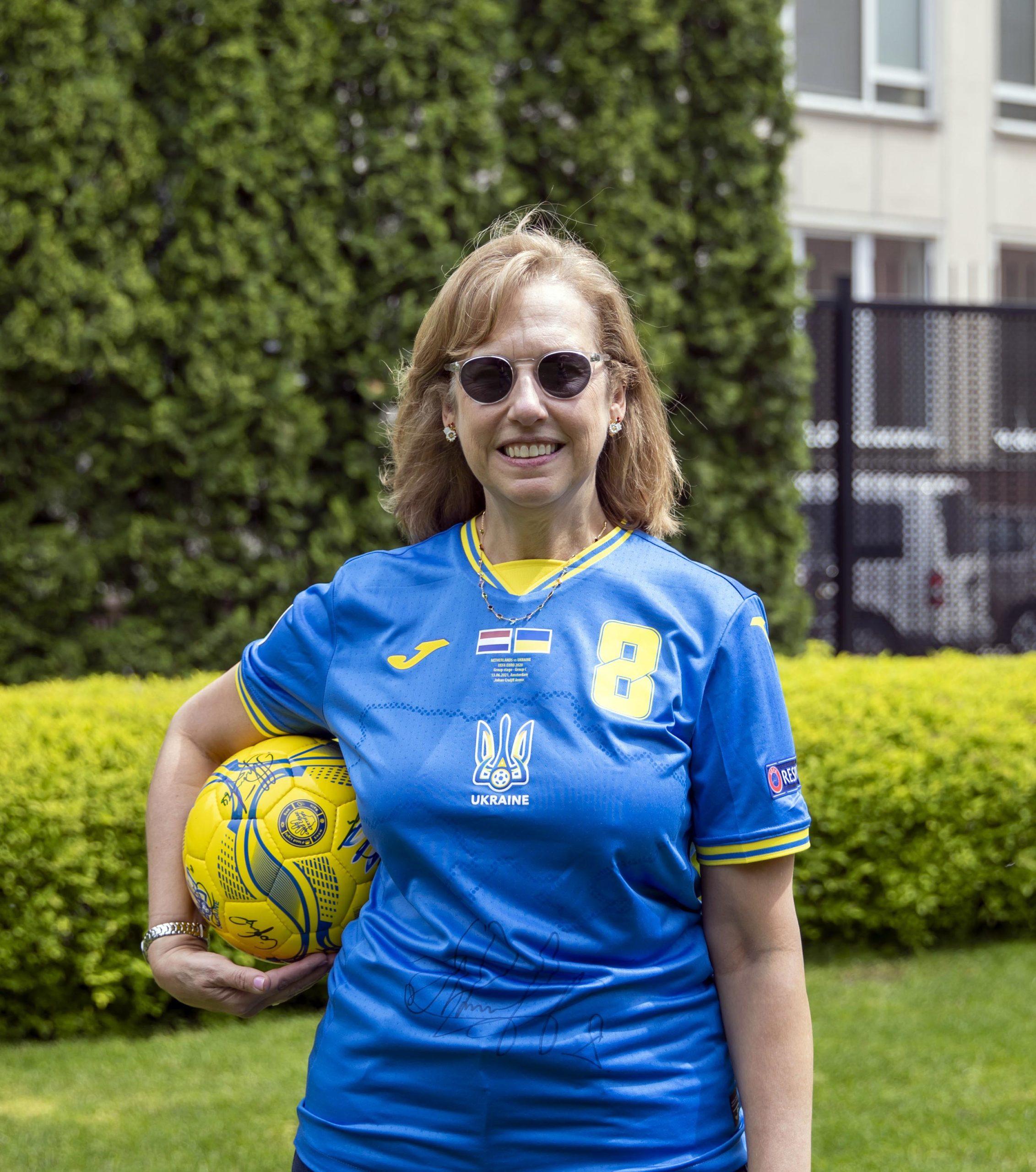 Работники посольства США одели обновленную форму сборной Украины по футболу фото