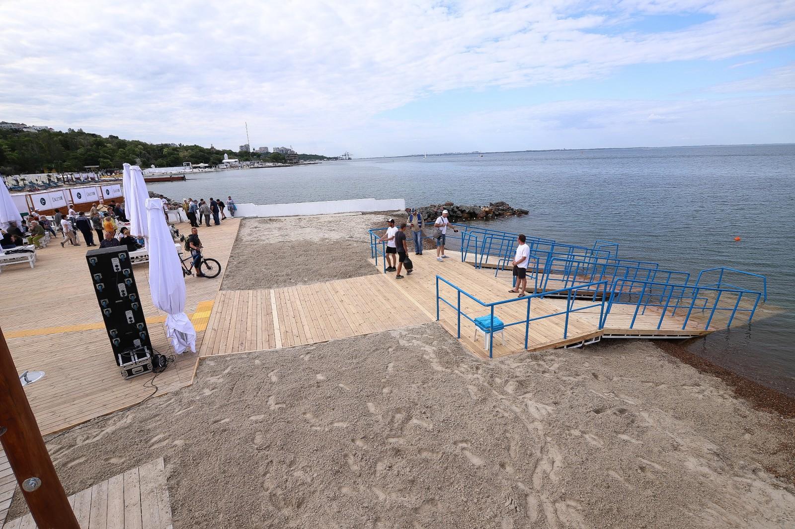 В Одесі відкрили інклюзивний пляж з пандусами та ліфтом