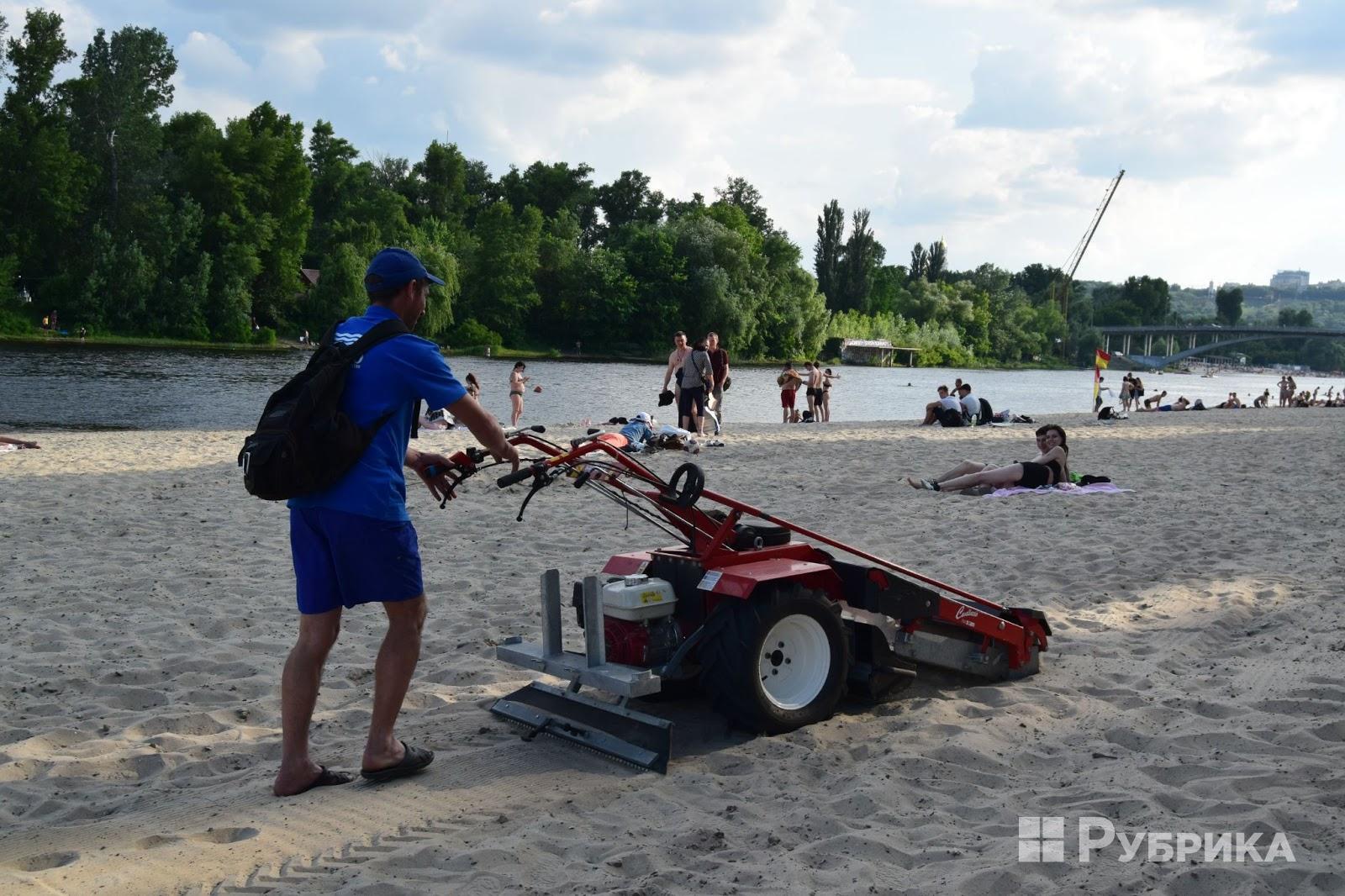 В Киеве появился автомобиль для очистки пляжей — такой есть только у нас и в Лос-Анджелесе