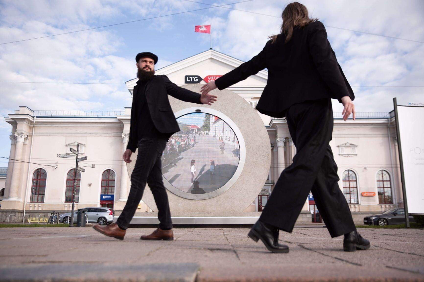 У Литві та Польщі посеред вулиць встановили
