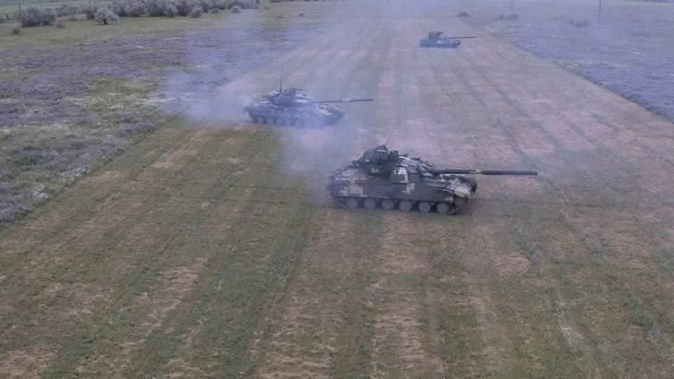 українські танкісти відточують навички зі швидкісного водіння бойових машин