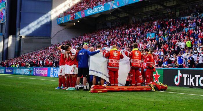Эриксена несли игроки сборной Дании за ширмой.