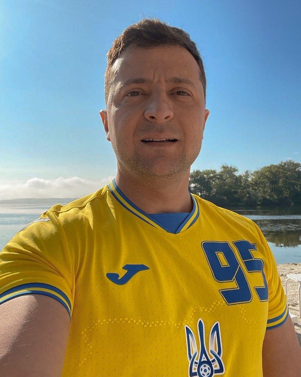 Володимир Зеленський приміряв нову форму української збірної з футболу з номером 95. ⚽