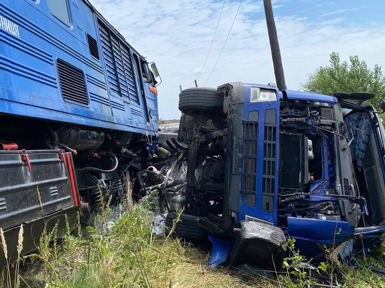 Потяг збив вантажівку на Закарпатті
