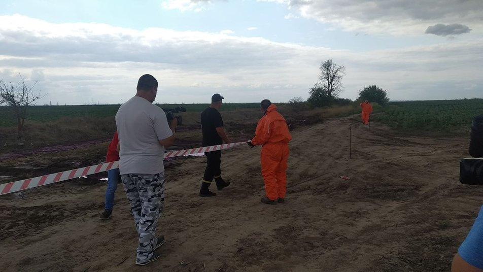 Рожеві хімічні калюжі у полі на Рівненщині