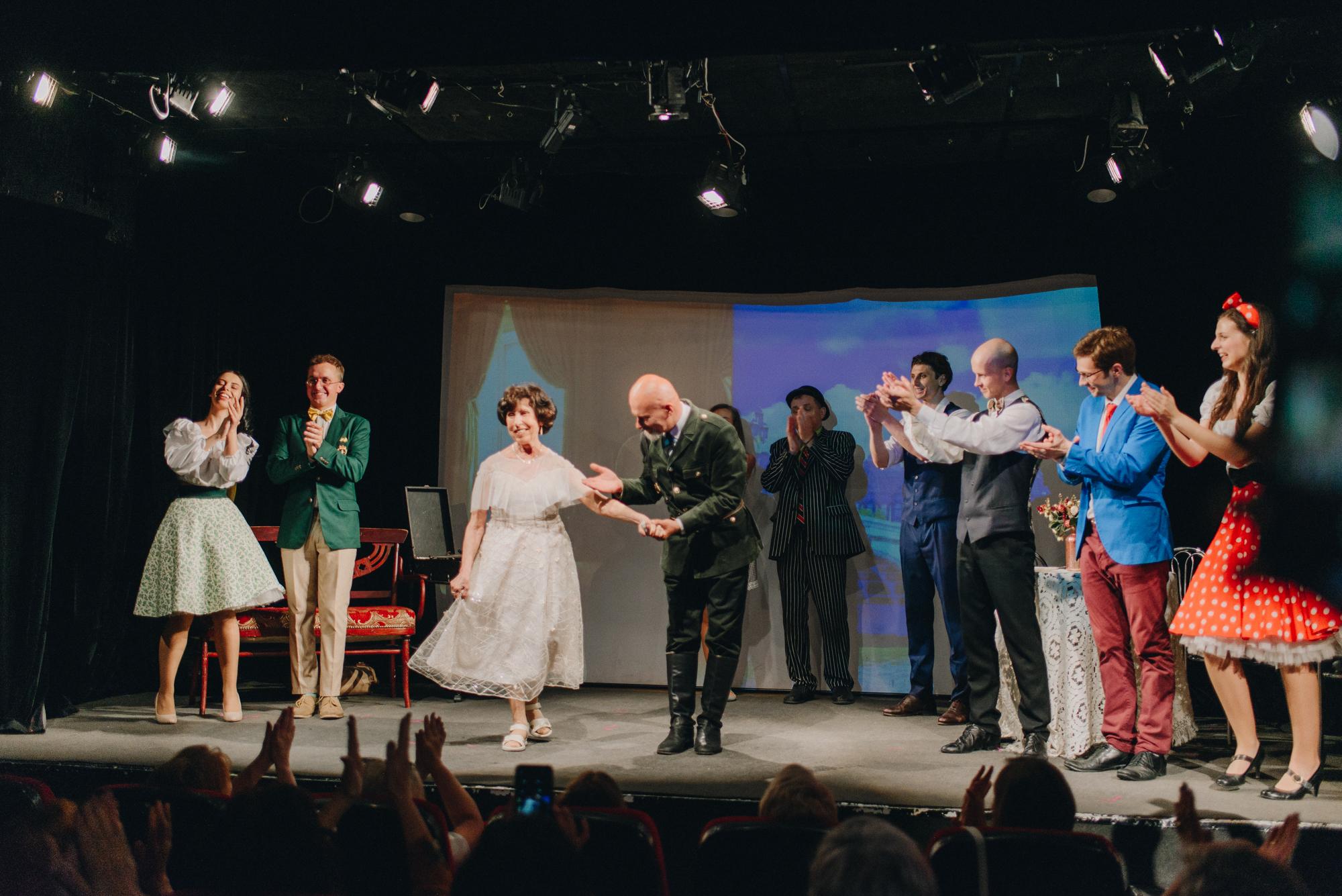 У київському театрі замість професійної акторки на сцену вийшла 70-річна бабуся