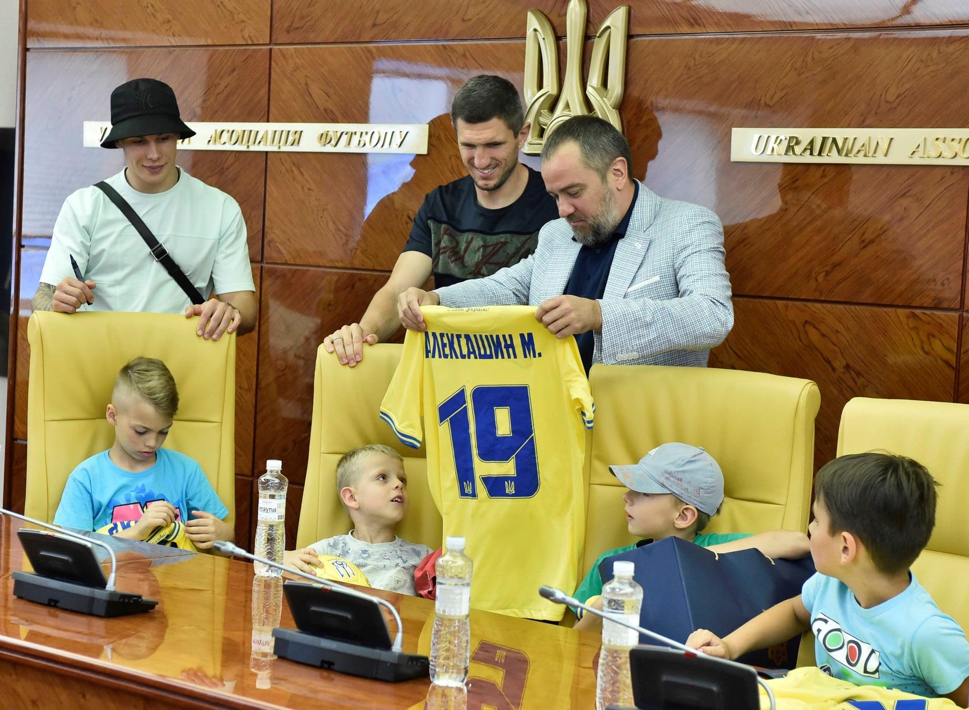 Юним футболістам з Троєщини, які співали гімн перед грою, зробили сюрприз