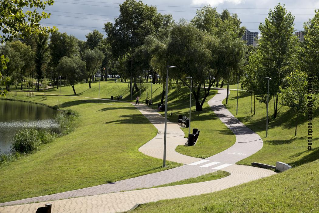 На Троєщині побудували новий парк біля озера