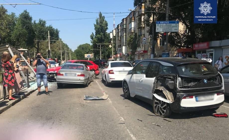 В Одесі водій BMW влетів у зупинку громадського транспорту, є постраждалі