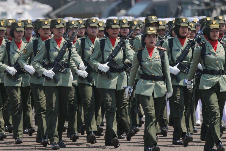 Жінки-солдати маршують під час параду до 74-ї річниці Збройних сил Індонезії в Джакарті