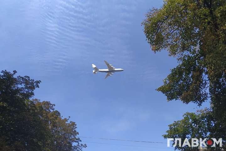 над Хрещатиком пролетів найбільший літак у світі