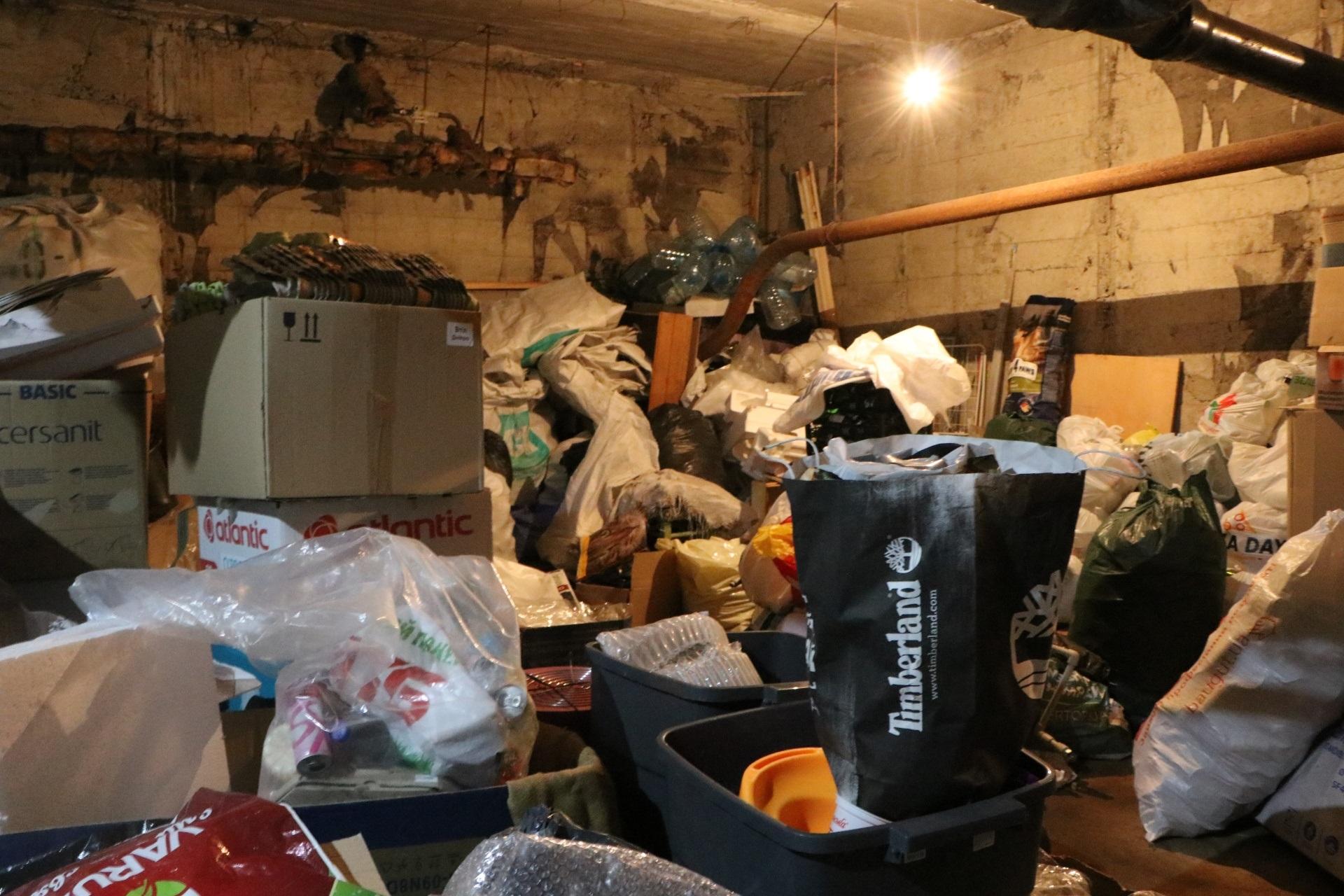пункт сортування сміття у підвалі багатоповерхівки