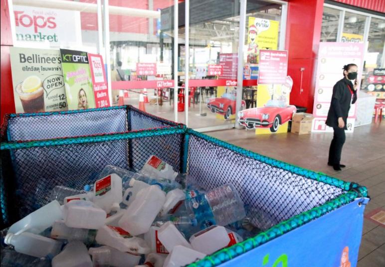 у Таїланді пластикові відходи на костюми проти COVID-19