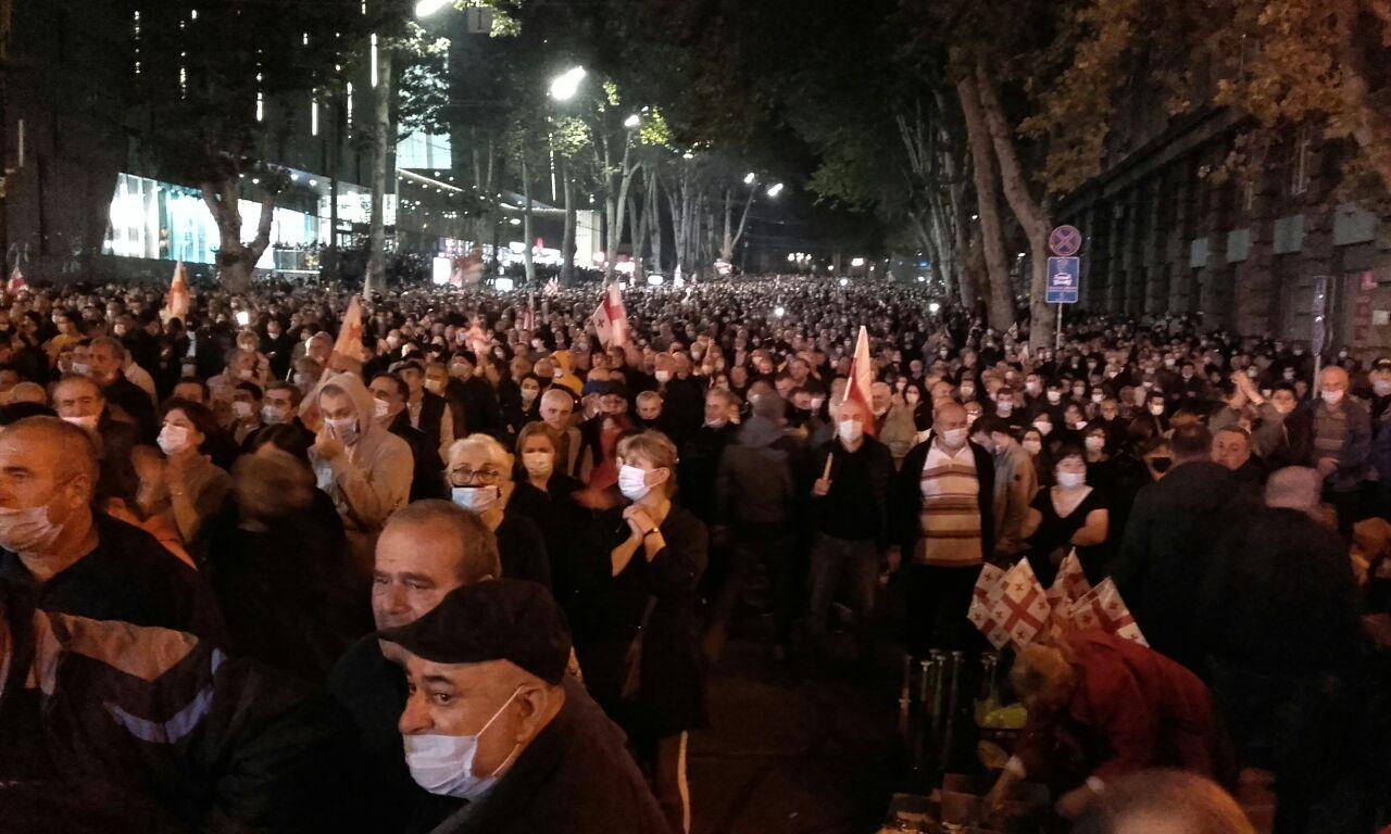 Десятки тисяч людей у Тбілісі вимагають звільнити Міхеіла Саакашвілі