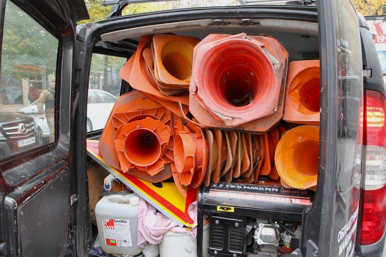 У Києві почали прибирати самовільно встановлені конуси з паркомісць