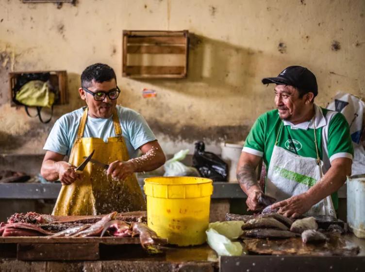 Власники кіосків готують вилов на ринку у Веракрусі, Мексика